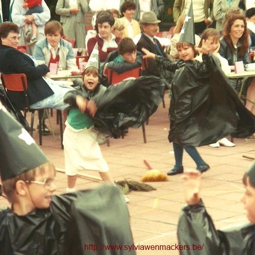 Toen ik in de derde kleuterklas zat, deden we een heksendans voor het schoolfeest.