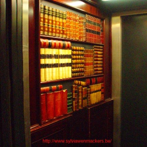 Valse boekenwand in de lift op hotel.