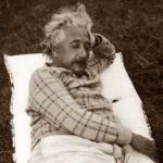Einstein doet een dutje in de tuin (1933).