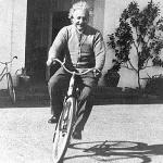 De Eerste Wet van Newton is niet van toepassing op een fietsende Einstein: door wrijving moet hij toch blijven trappen om zijn snelheid te behouden.
