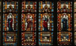 Glasraam in Middeleeuwse kathedraal.