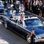 President Kennedy werd tijdens een optocht neergeschoten, vermoedelijk door L.H. Oswald.