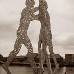 Zijn mensen als moleculen? Beeld 'Molecule Men' van Jonathan Borofsky in Berlijn; bron: Achim Raschka (Necrophorus).