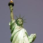 Het Vrijheidsbeeld van New York is helemaal groen doordat het koper oxideerde. De vlam van de toorts blinkt in de zon; deze is met bladgoud bedekt.