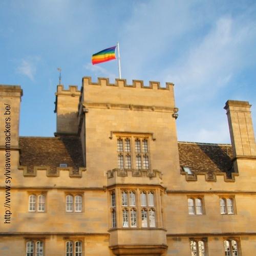 De regenboogvlag wappert vrolijk boven Wadham College.