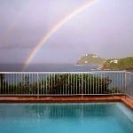 Het is heerlijk zwemmen met zicht op een regenboog.