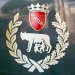 SPQR: Senatus PopulusQue Romanus of De Senaat en Het Volk van Rome.