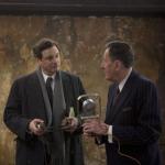 Therapeut Lionel (rechts) vraagt aan prins Albert (links) om een stuk voor te lezen uit Hamlet.